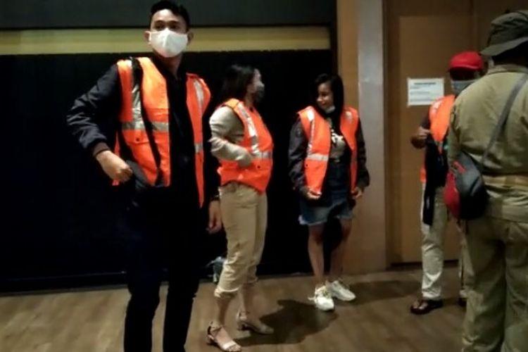 Petugas satuan polisi pamong praja (Satpol PP) mengamankan 22 orang dalam razia yang dilakukan pada hotel dan tempat karaoke di kawasan Serpong, Tangerang Selatan, Kamis (25/6/2020) malam.