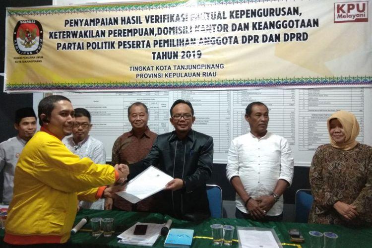 Ketua KPU Kota Tanjungpinang Robby Patria didampingi sejumlah Komisioner KPU Tanjungpinang menyerahkan berkas kepada Partai Garuda dan Partai Berkarya.