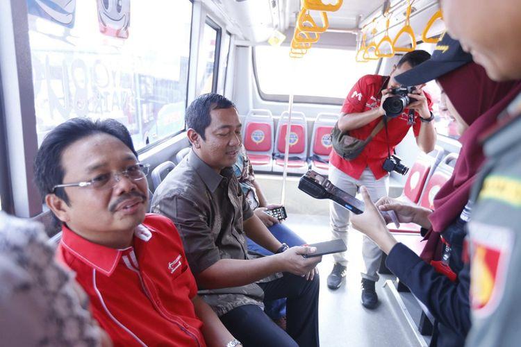 Wali Kota Semarang Hendrar Prihadi mencoba layanan Tcash saat menggunakan Bus Trans Semarang. Pelanggan bus rapid transit di Kota Semarang kini bisa membayar dengan aplikasi Tcash. Pemerintah Kota Semarang bekerja sama dengan Telkomsel dalam mewujudkan layanan pembayaran non-tunai itu.