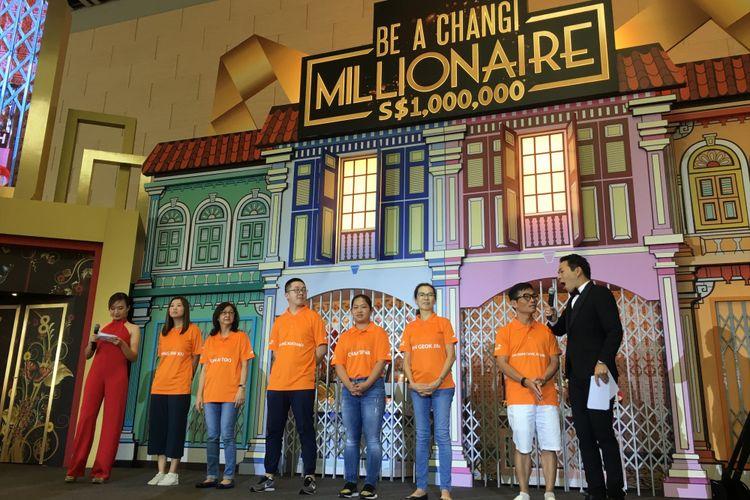 Enam finalis yang mendapatkan undian lucky draw dalam acara grand final Be A Changi Millionaire untuk mendapatkan hadiah mobil Volvo S90, di Terminal 4 Bandara Changi, Singapura, Minggu (21/1/2018).