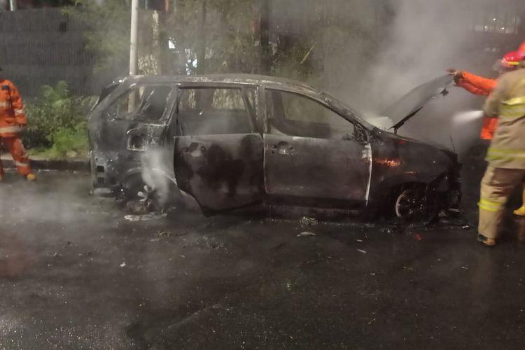 Mobil Toyota Avanza hangus terbakar di Jalan Otista Raya, Bidara Cina, Jatinegara, Jakarta Timur, Minggu (9/5/2021) malam.