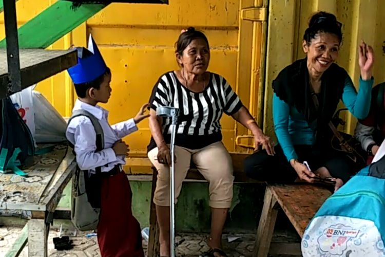 Diana, nenek Karim dan Karim di Jalan Arif Rahman Hakim, Selasa (30/4/2019).