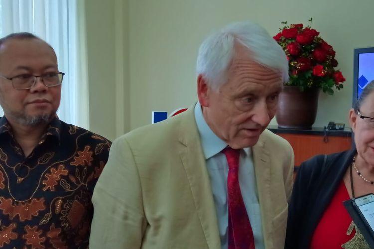 Prof. Alan Tait (The Open University, Inggris) dan Prof. Ojat Darojat (Rektor Universitas Terbuka) dalam penelaahan mutu yang dilakukan ICDE (International Council for Open and Distance Education) di Universitas Terbuka (UT), 9-13 Desember 2019.
