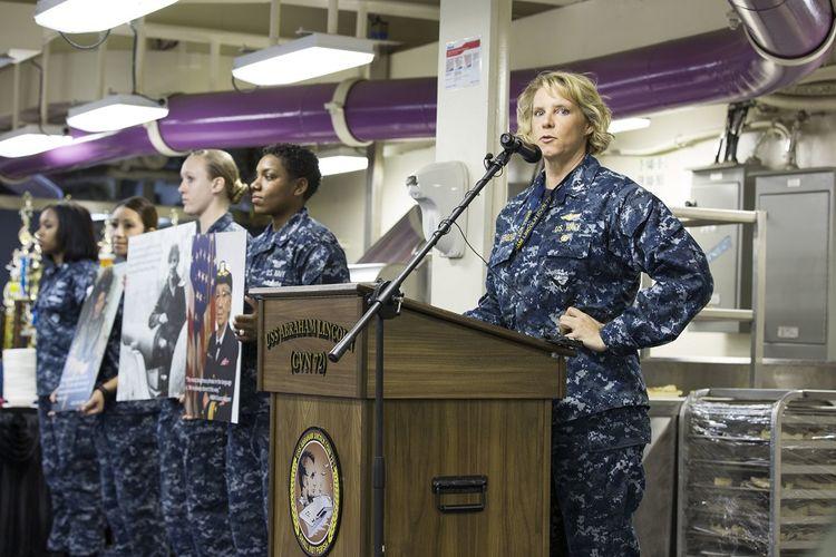 Sebuah foto tertanggal 3 Maret 2017 yang menunjukkan Kapten Amy Bauernschmidt berbicara di Kapal Induk USS Abraham Lincoln.