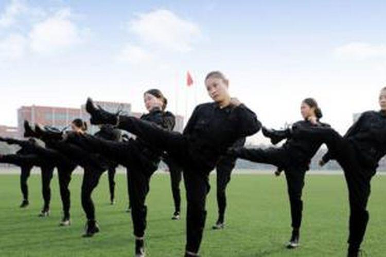 Maskapai Chengdu East Star Airlines membekali para calon pramugarinya dengan kemampuan bela diri.