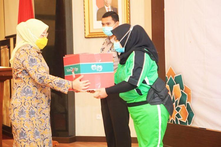 Menaker Ida saat menyerahkan paket bingkisan Ramadhan bagi karyawan Kemnaker di Kantor Kemnaker, Jakarta, pada Kamis (29/4/2021).