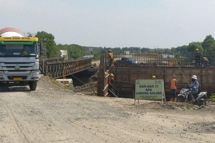 Sejumlah pekerja sedang membangun kontruksi jembatan Sungai Kemiri dalam proyek pembangunan Jalingkut Tegal-Brebes, Jawa Tengah, Selasa (14/7/2020)