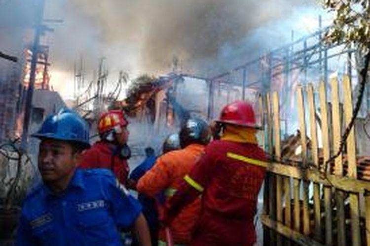 Pemadam kebakaran tengah berjibaku memadamkan api di belakang kawasan pertokoan Jl. A Yani RT 69 Kelurahan Gunung Sari Ilir, Balikpapan Tengah. Sembilan rumah ludes terbakar. (K71-12)