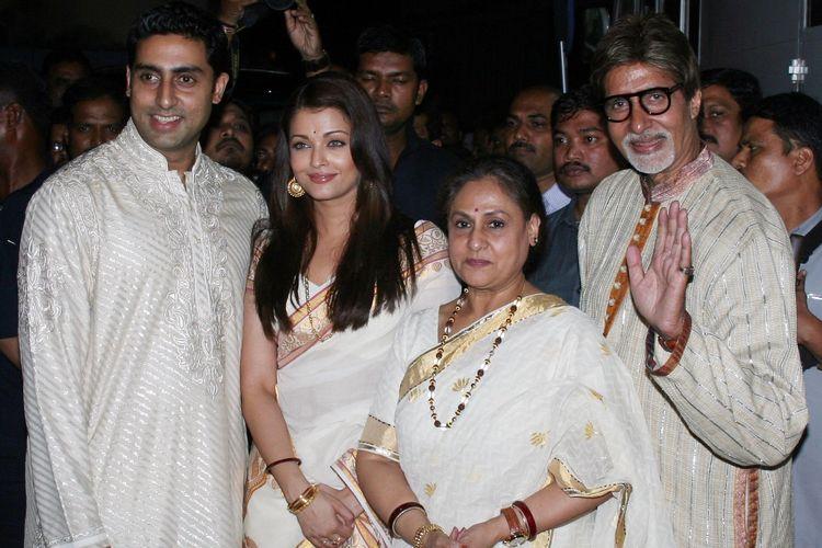 Abhishek Bachchan (kiri), Aishwarya Rai (dua dari kiri), dan Amitabh Bachchan.