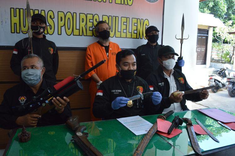 Polisi menunjukan barang bukti berupa pedang yang digunakan pelaku mengancam korban.