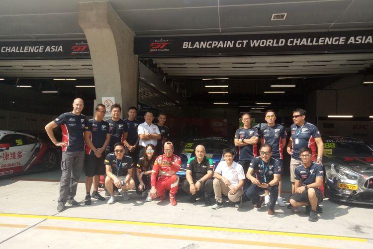 Rio Haryanto dan David Tjiptobiantoro bersama para petinggi dan kru tim T2 Motorspors usai race 2 ajang Blancpain GT World Challenge Asia 2019 ronde VI di Sirkuit Shanghai, China, Sabtu (28/9/2019).