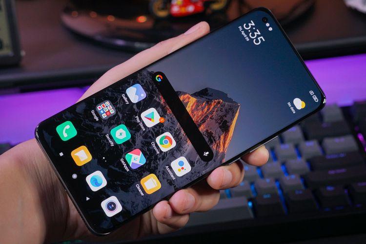 Tampilan Xiaomi Mi 11 Ultra dari depan nyaris tidak bisa dibedakan dari Mi 11, apalagi ukuran layarnya juga serupa dan sama-sama didesain melengkung (curved) di sisi kiri dan kanan