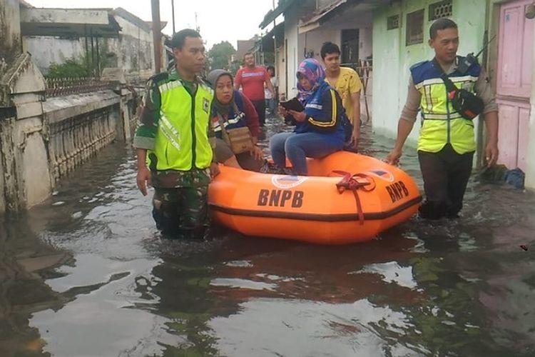 Anggota Polri dan TNI mengevakuasi warga korban banjir di Kelurahan Tirto, Kota Pekalongan Jawa Tengah.
