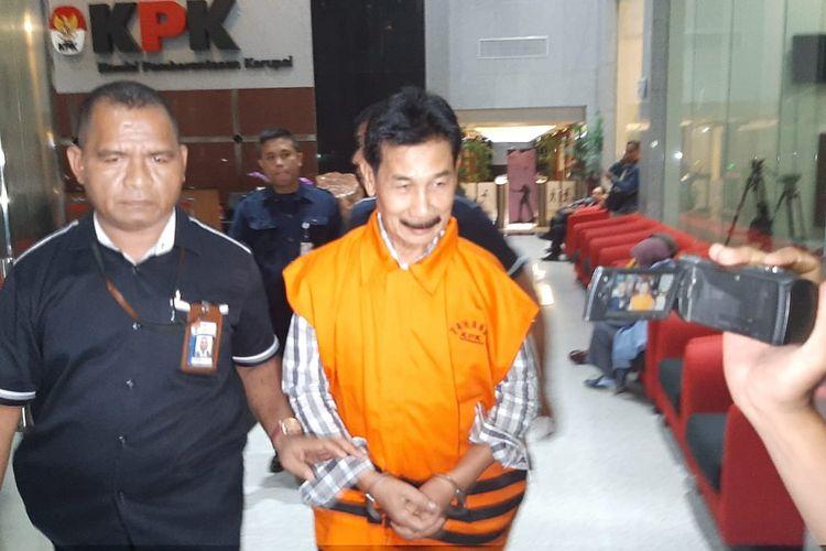 Bupati Solok Selatan Muzni Zakaria meninggalkan Gedung Merah Putih KPK, Kamis (30/1/2020).
