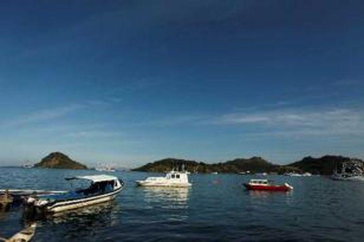 Sejumlah kapal berlabuh di Labuan Bajo, Manggarai Barat, Flores, Nusa Tenggara Barat, Senin (4/6/2012). Dari sinilah para wisatawan akan dibawa menggunakan kapal menuju sejumlah pulau yang menjadi habitat alami satwa endemik Komodo, seperti Pulau Rinca, Pulau Komodo, Nusa Kode, dan Gili Motang.