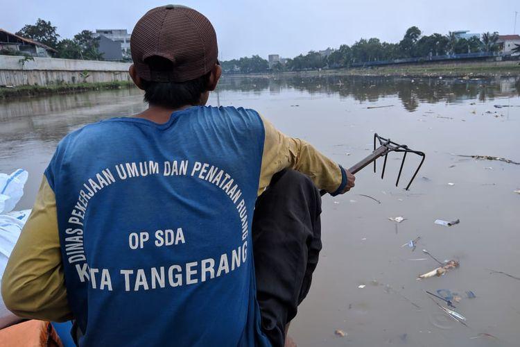 Para petugas kebersihan Cisadane dari Dinas PUPR Kota Tangerang, Ali, Ibrahim dan Melos saat membersihkan Cisadane, Senin (2/12/2019)
