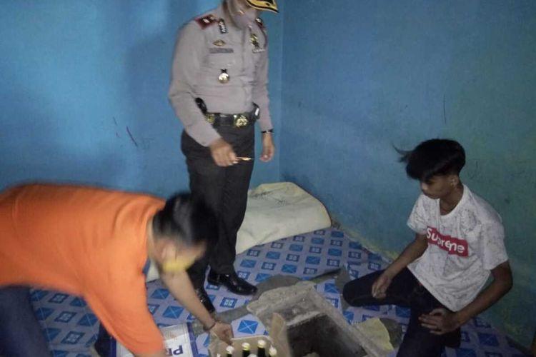 Kapolsek Tarogong Kidul Kompol Kadarusman memeriksa bunker tempat penyimpanan ratusan botol minuman keras di salahsatu rumah warga di Kelurahan Sukajaya, Kecamatan Tarogong Kidul