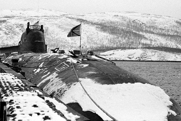 Foto pada Maret 1995 menunjukkan kapal selam Rusia Kursk berlabuh di Vidyavevo. Kapal selam Kursk tenggelam di Laut Barents, perairan es Arktik pada Agustus 2000 yang menewaskan 118 orang.