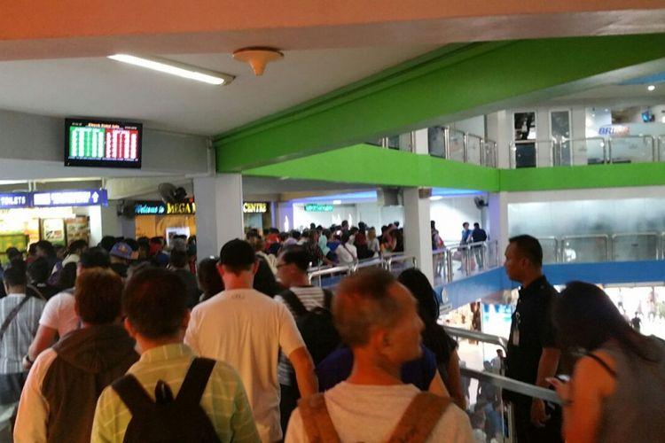 Jumlah penumpang mencapai 7.000 per harinya, bahkan Kamis malam kemarin peningkatan penumpang terjadi sejak pukul 16.00 WIB hingga malam harinya. Jumat pagi ini, kepadatan kembali terjadi, baik penumpang yang masuk maupun penumpang yang keluar dari pelabuhan Internasional Batam, Jumat (30/3/2018).