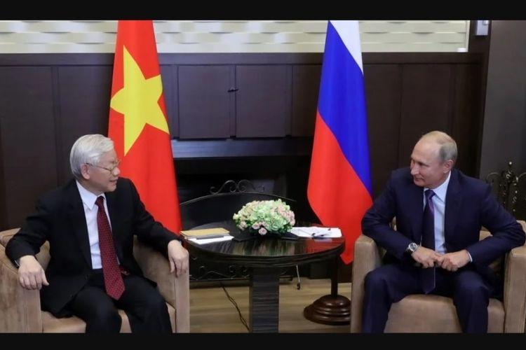 Sekjen Partai Komunis Vietnam, Nguyen Phu Trong (kiri) saat bertemu dengan Presiden Rusia Vladimir Putin, pekan lalu.