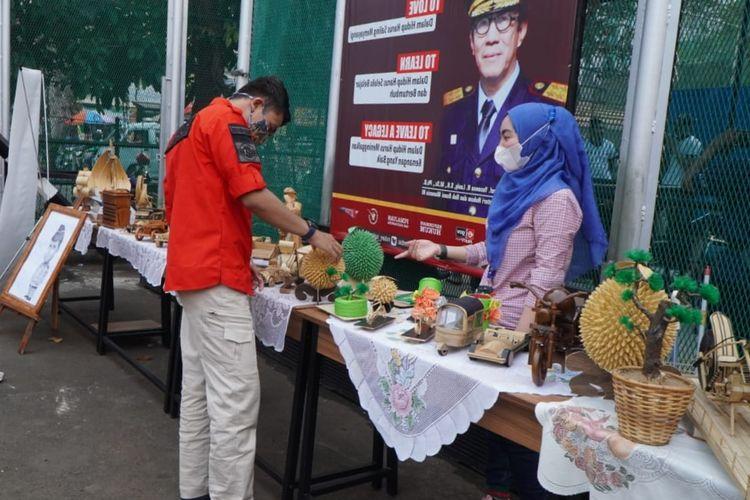 Warga binaan Rumah Tahanan (Rutan) Kelas I Salemba Jakarta Pusat menyalurkan kreativitas mereka dari balik jeruji besi dengan membuat berbagai produk kerajinan tangan. Produk-produk itu pun turut dipamerkan dan dijual kepada masyarakat, Jumat (23/4/2021). Jumat