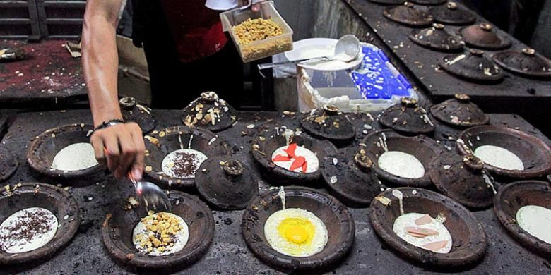 Proses pembuatan surabi.