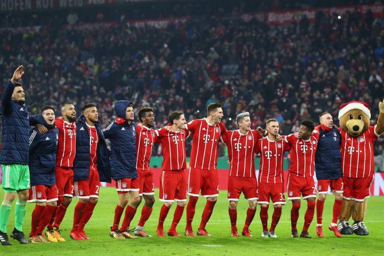 Para pemain Bayern Muenchen merayakan kemenangan atas Borussia Dortmund pada DFB Pokal di Stadion Allianz Arena, Rabu (20/12/2017).