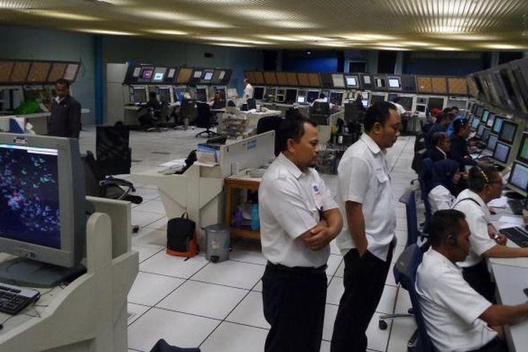 Suasana di dalam Operation Room Jakarta Air Traffic Service Center (JATSC) Airnav Indonesia di Bandara Soekarno-Hatta, Selasa (5/7/2016). Pekerja di ruangan ini tetap bekerja saat Lebaran.