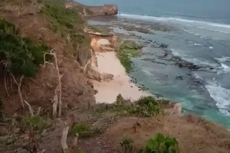 PHOTO:Tebing di dekat obyek wisata Pantai Watu Malando, Kecamatan Kodi Balaghar, Kabupaten Sumba Barat Daya, Nusa Tenggara Timur (NTT) runtuh, usai gempa dengan magnitudo 5,5