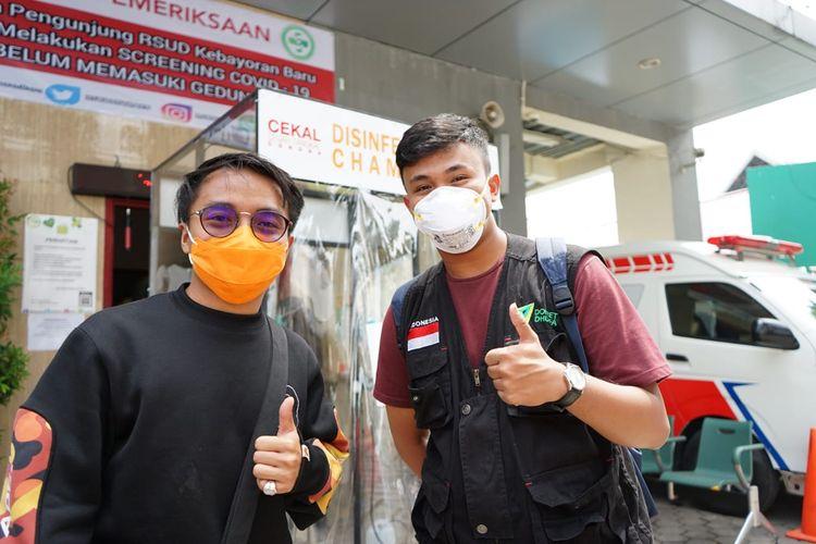 Taqy Malik dan M. Atiatul Muqtadir (Fathur/kanan), saat melakukan instalasi disinfection chamber di area Rumah Sakit Rujukan di Jakarta.