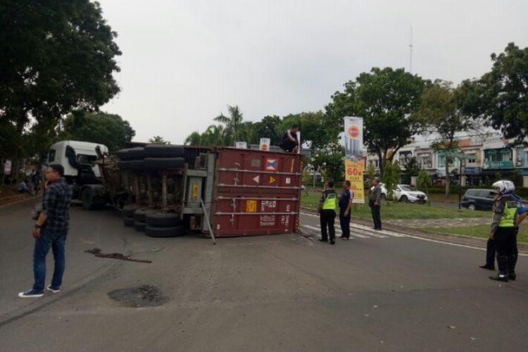 Truk kontainer dengan nomor polisi B 9083 UIW mengalami kecelakaan hingga terbalik ke sisi kanan di Jalan BSD Gran Boulevard, Serpong,  Tangerang Selatan, pada Jumat (6/12/2019).Terbaliknya truk kontainer tersebut diguga karena menikung terlalu tajam.