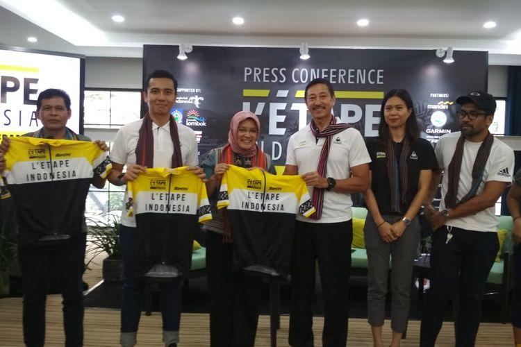 (Ki-Ka): Lalu Moh Faozal (Kepala Dinas Pariwisata NTB), Zacky Badrudin (Direkutr Event Letape Indonesia), Rizky Handayani (Deputi Bidang Produk Wista dan Penyelenggara Event kemenparekraf) pada acara press conferenc Letape Indonesia by Tour de France di Hotel Jambuluwuk, Jakarta, Rabu 26 Februari 2020.