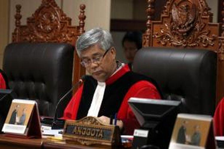 Akil Mochtar, saat memimpin sidang perdana Permohonan Pengujian Undang-undang di Mahkamah Konstitusi oleh Slank, Jakarta, Rabu (6/3/2013).