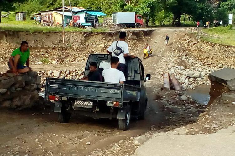 Kendaraan sudah bisa melintas di jembatan darurat Kali Dagemage yang sudah diperbaiki, Kamis (14/3/2019).