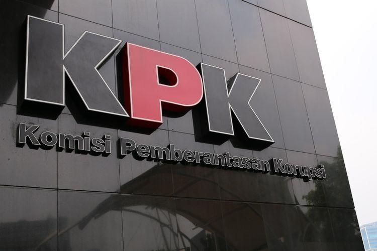 Logo Komisi Pemberantasan Korupsi di Gedung Baru KPK, Kuningan, Jakarta Selatan, Kamis (13/7/2017).