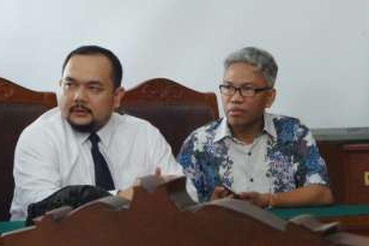 Tersangka kasus dugaan pencemaran nama baik dan penghasutan terkait SARA, Buni Yani (kanan) didampingi kuasa hukumnya Aldwin Rahadian (kiri) di Pengadilan Negeri Jakarta Selatan, Rabu (14/12/2016). Buni mengajukan permohonan praperadilan atas penetapan statusnya sebagai tersangka oleh Polda Metro Jaya, November 2016 lalu.