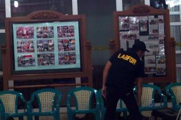 Polisi melakukan penyelidikan pascaledakan di Vihara Ekayana, Jakarta Barat, Senin (5/8/2013). Diketahui terdapat dua paket diduga berisi bom yang diletakkan di vihara tersebut pada Minggu malam sekitar pukul 19.00. Satu paket berhasil meledak, sementara satu paket lainnya hanya mengeluarkan asap.