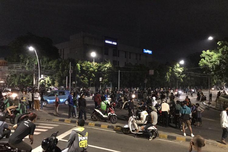 Sejumlah massa terlihat berkumpul di persimpangan Jalan Kebon Sirih-Jalan Jati Baru tepatnya di dekat Hotel Millenium Sirih dan SMP Negeri 60 Jakarta pada Selasa (13/10/2020) sekitar pukul 20.13 WIB.