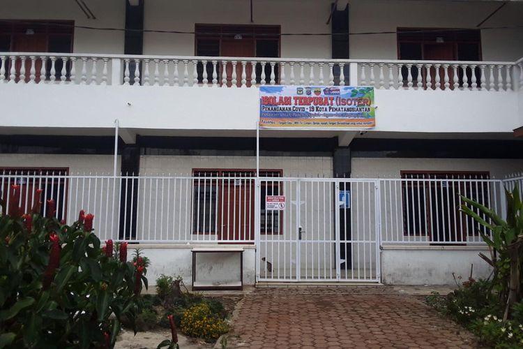 Salah satu tempat isoter di Pematangsiantar bertempat di AKBID Abdi Florensia Jalan Pdt J Wismar Saragih, Kelurahan Bane, Kecamatan Siantar Utara.