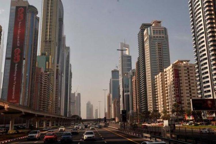 Gedung-gedung pencakar langit tumbuh di kawasan pusat bisnis utama di Jalan Sheikh Zayed, Kota Dubai, Uni Emirat Arab, Kamis (10/1/2013). Dubai yang di awal tahun 1990-an merupakan kota nelayan kecil kini menjelma menjadi pusat perekonomian dan pariwisata di kawasan Timur Tengah. Penduduk Dubai saat ini sekitar enam juta jiwa dan 80 persen merupakan ekspatriat yang bekerja di berbagai sektor bisnis.
