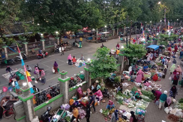 Para pedagang Pasar Bintoro Demak menggelar lapak dagangannya di tengah jalan terkait adanya  kebijakan dari  Pemkab Demak mengenai  pembatasan aktivitas  perdagangan sebagai upaya pencegahan virus corona , Kamis (30/4/2020) pagi