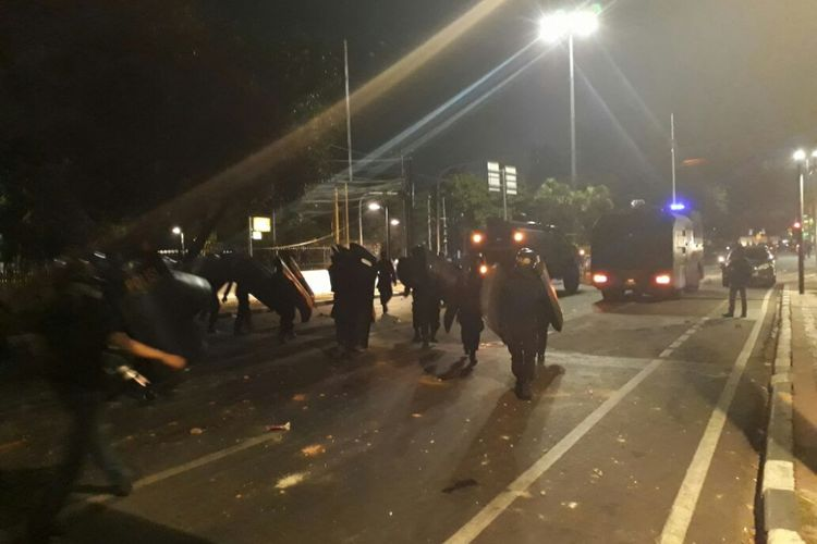 Polisi mengerahkan mobil water cannon dan menembakkan gas air mata untuk membubarkan massa yang mulai rusuh dan melemparkan batu ke kantor YLBHI, Senin (18/9/2017) dini hari.