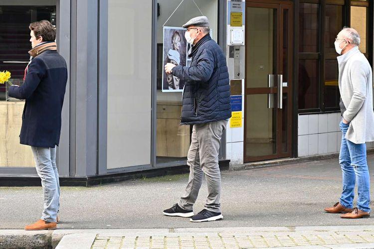Warga mengantre dengan menjaga jarak aman saat memasuki toko roti di Rennes, Perancis, 16 Maret 2020. Menjaga jarak aman antar warga merupakan salah satu cara yang dianjurkan untuk mencegah penyebaran virus corona.