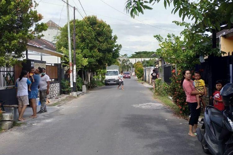Warga Kota Mataram di Lombok, NTB, berhamburan ke luar rumah setelah merasakan guncang gempa, Minggu (17/3/2019).