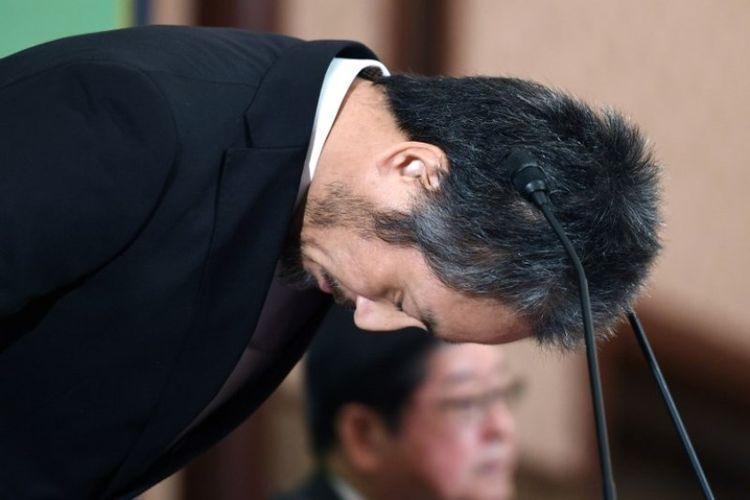 Jurnalis lepas asak Jepang, Jumpei Yasuda, yang dibebaskan dari Suriah pada Oktober 2018 setelah lebih dari tiga tahun disekap ekstremis Suriah, membungkuk pada konferensi pers di Japan National Press Club di Tokyo pada Jumat (2/11/2018). (AFP/Toshifumi Kitamura)