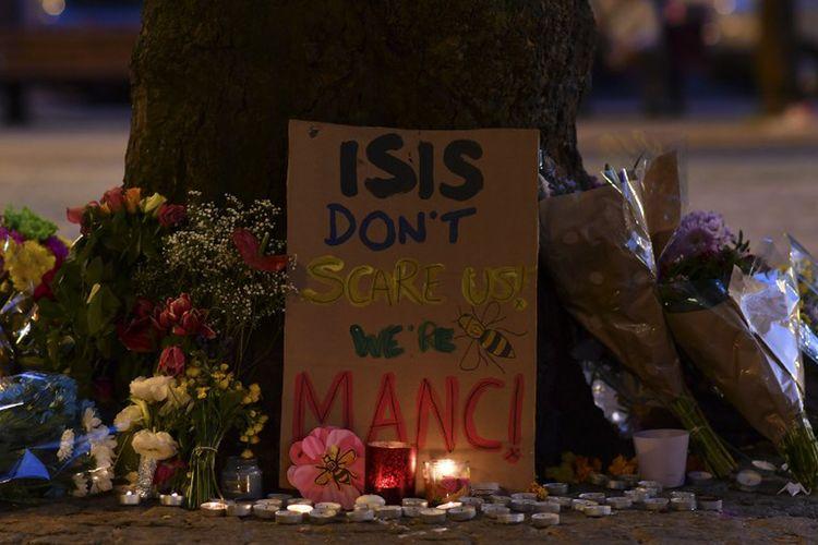 Pesan dan karangan bunga yang dipajang warga di Albert Square, Manchester, Inggris, menyusul serangan bom bunuh diri di Manchester Arena, Senin tengah malam (22/5/2017).