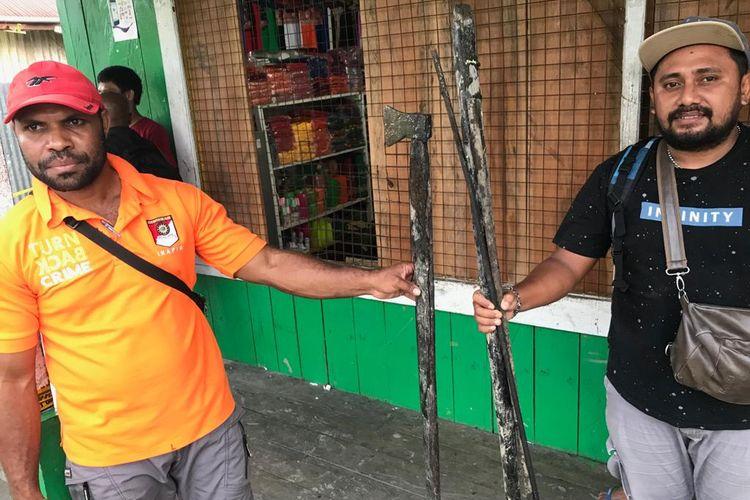 Tim investigas gabungan menemukan beberapa senjata tajam yang dibawa oleh massa ketika mengamuk di Distrik Fayit, Kabupaten Asmat, Papua (29/05/2019)