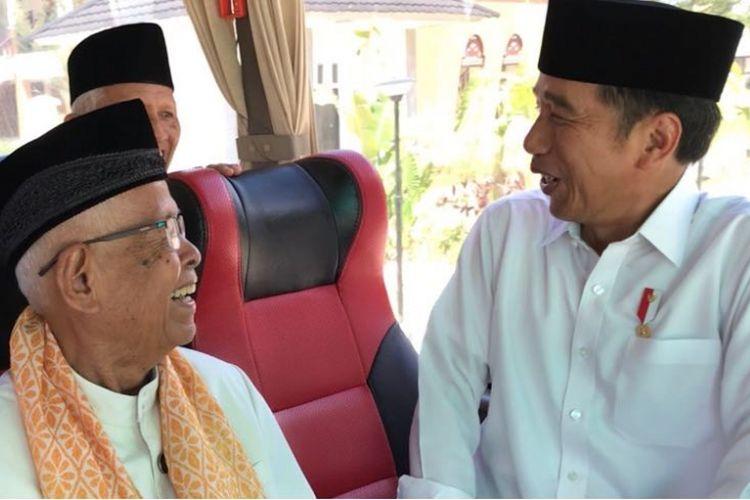Presiden Joko Widodo saat bercengkerama dengan alim ulama asal Sumatera Barat usai menunaikan shalat Jumat di Masjid Raya Sumatera Barat, Jumat (9/2/2018).