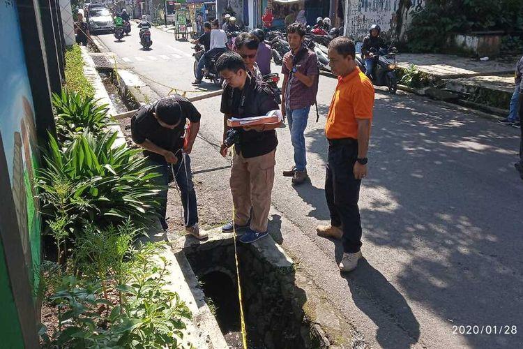 Tim Inafis Satreskrim Polres Tasikmalaya Kota sedang olah TKP penemuan mayat di gorong-gorong sekolahnya, Selasa (28/2/2020).