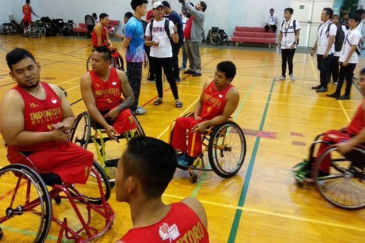 Para pemain tim nasional basket kursi roda Indonesia berbincang-bincang seusai laga uji coba melawan Thailand, di Old Sports Hall, British School Jakarta, Senin (25/6/2018).